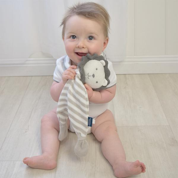 Lion-security-blanket-with-baby-boy-web-grande